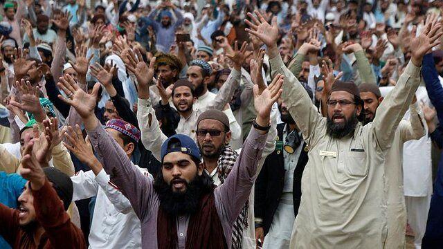 معترضان در پاکستان نیروهای پلیس را گروگان گرفتند