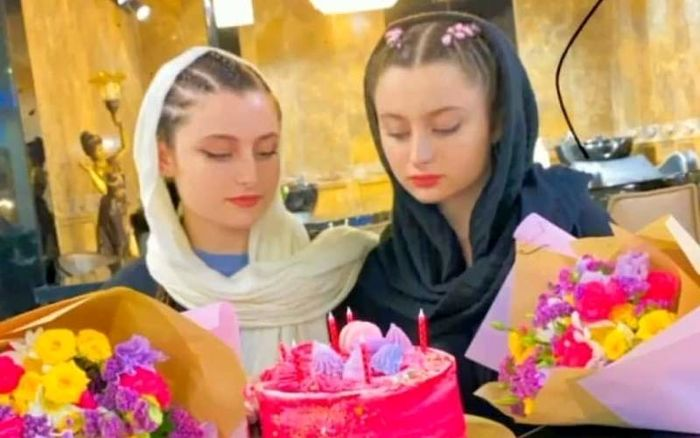 تصویر جالبی از جشن تولد ۱۸ سالگی سارا و نیکا+عکس