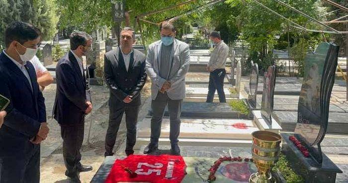 تقدیم  جام قهرمانی پرسپولیس به مرحوم میناوند / عکس