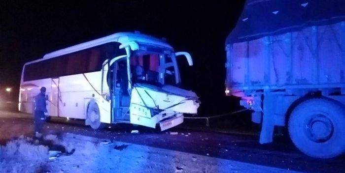 ۳۵ کشته و زخمی در تصادف اتوبوس با کامیون