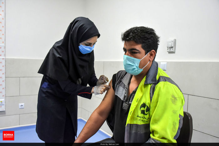 تصاویر/ پاکبانها واکسن کرونا میزنند